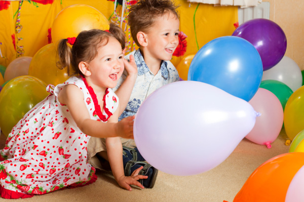 kids_playing_with_balloons